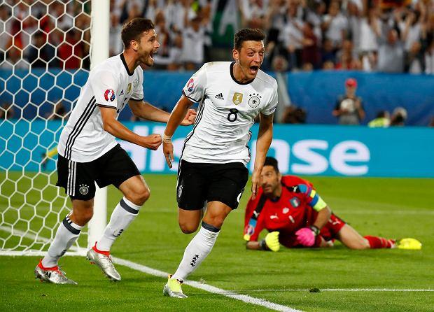 Niemcy-Wlochy--Mesut-Ozil-swietuje-po-golu